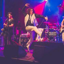 Kojak Sänger springt auf der Bühne